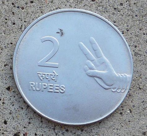 La pièce de 2 roupies indienne montre une image de deux doigts ainsi que le numéro 2